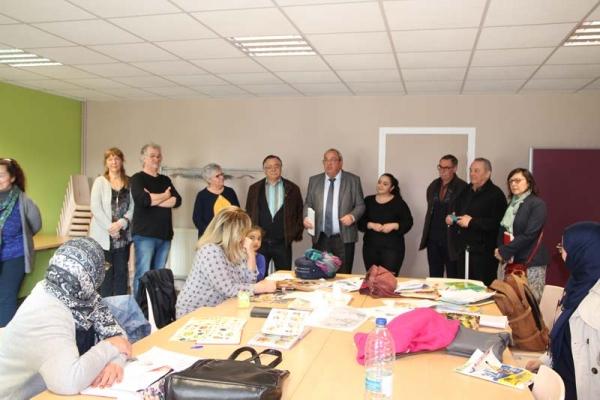 Monsieur le Maire visite l'atelier alphabétisation de la Briquette !